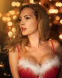Den härliga blonda kvinnan i röd jul klär arkivfoton