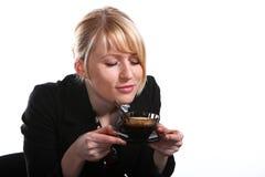 den härliga blondinen dricker varmt kvinnabarn för fragra royaltyfri bild
