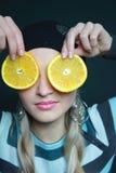 den härliga blondinen håller orangen arkivfoto