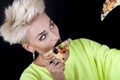 Den härliga blondinen med ett original- smink i ett ljus - grönt b Fotografering för Bildbyråer