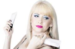 Den härliga blondinen med skönhetsmedel i händer Royaltyfri Bild