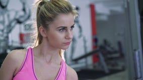 Den härliga blondinen utför övningar med hantlar 4K lager videofilmer
