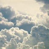 den härliga bluen clouds skyen arkivbild