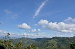 den härliga bluen clouds skyen ram i ljusa dagar Royaltyfri Foto