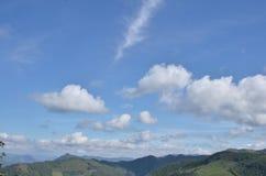 den härliga bluen clouds skyen ram i ljusa dagar Arkivbild