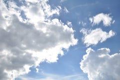 den härliga bluen clouds skyen ram i ljusa dagar Royaltyfri Bild