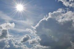 den härliga bluen clouds skyen ram i ljusa dagar Arkivfoto