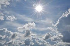 den härliga bluen clouds skyen ram i ljusa dagar Arkivbilder