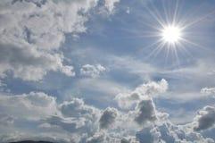 den härliga bluen clouds skyen ram i ljusa dagar Royaltyfria Foton