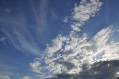 den härliga bluen clouds skyen ram i ljusa dagar Arkivfoton