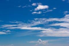 den härliga bluen clouds skywhite Arkivfoton