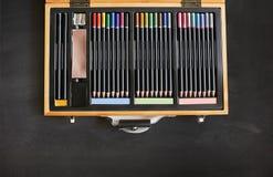 Den härliga blyertspennaasken med många färgar Royaltyfri Bild