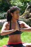 den härliga brasilianen poserar kvinnayoga Arkivbilder