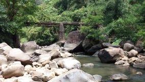 Den härliga bron och en flod med så många stenar och vaggar Royaltyfria Foton