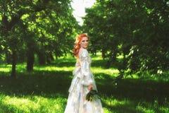 Den härliga bruden i färgrik sommar parkerar Flicka i tappningklänning Royaltyfri Bild