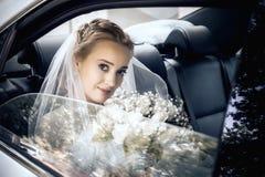 Den härliga bruden med en bukett Royaltyfria Bilder