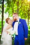 Den härliga bruden och brudgummen Arkivfoto