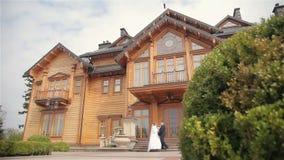 Den härliga bruden och brudgummen nära inhyser arkivfilmer