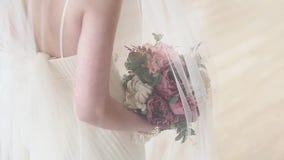 Den härliga bruden rymmer en färgrik bukett för bröllop lager videofilmer