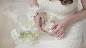 Den härliga bruden rymmer en färgrik bukett för bröllop arkivfilmer