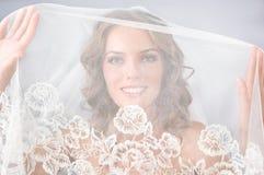 Den härliga bruden skyler under Royaltyfri Foto