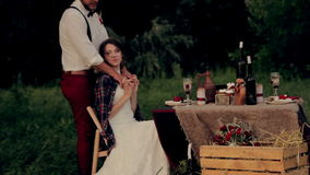 Den härliga brudgummen för barnparbruden värme det kallt lager videofilmer