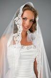 den härliga brudromantiker skyler under Royaltyfri Foto