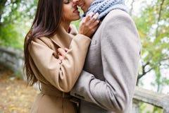Den härliga brunetten kysser en grabb royaltyfria foton