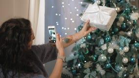 Den härliga brunetten tar bilden av gåvan för ` s för det nya året arkivfilmer