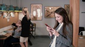 Den härliga brunettkvinnan använder en pekskärmminnestavla i det moderna startup kontorslaget i arbetsplatsen arkivfoton