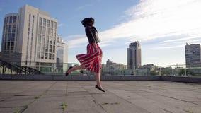Den härliga brunettkvinnan dansar i ultrarapid arkivfilmer