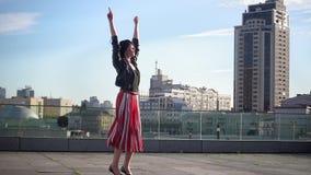 Den härliga brunettkvinnan hoppar i ultrarapid arkivfilmer