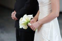 den härliga bukettbruden blommar holdingbröllop Arkivbilder