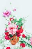Den härliga buketten av rosa färger blommar peons, blåklinter och det tonade fotoet för röda rosor arkivbilder