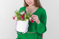 den härliga buketten blommar kvinnabarn Royaltyfria Bilder