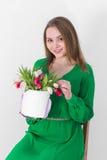 den härliga buketten blommar kvinnabarn Arkivbild