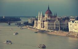 Den härliga byggnaden av den ungerska parlamentet av Budapest för en storm Arkivbild