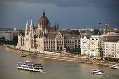 Den härliga byggnaden av den ungerska parlamentet av Budapest under stormmoln Royaltyfria Foton