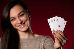 Den härliga caucasian kvinnan med poker cards dobbleri i kasino Royaltyfria Bilder