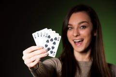 Den härliga caucasian kvinnan med poker cards dobbleri i kasino royaltyfria foton