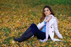 Den härliga charmiga unga flickan flörtar att posera för kameran le Den utomhus- modeståenden av den stilfulla hipsteren kyler fl Royaltyfria Foton