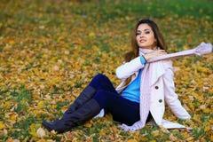 Den härliga charmiga unga flickan flörtar att posera för kameran le Den utomhus- modeståenden av den stilfulla hipsteren kyler fl Arkivfoton