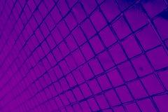 Den härliga closeupen texturerar abstrakta tegelplattor och svart och purpurfärgad bakgrund för vägg för färgexponeringsglasmodel royaltyfria bilder