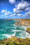 Den härliga corniska kusten Bedruthan kliver Cornwall England UK den corniska norrkusten nära Newquay, i att bedöva färgglade HDR Arkivbild