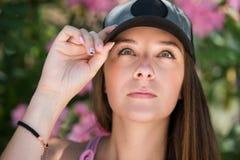 Den härliga damen i en headshot, slätar hud och härliga särdrag Arkivbilder