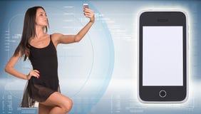 Den härliga dansaren gör selfie från din mobil Arkivfoton