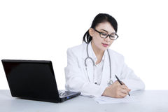 Den härliga doktorn skriver det isolerade receptet - Arkivfoto