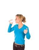 den härliga dricka flickan mjölkar barn arkivbild