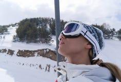 den härliga elevatorståenden skidar skieren Arkivbilder