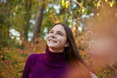 Den härliga emotionella flickan i höst parkerar fotografering för bildbyråer